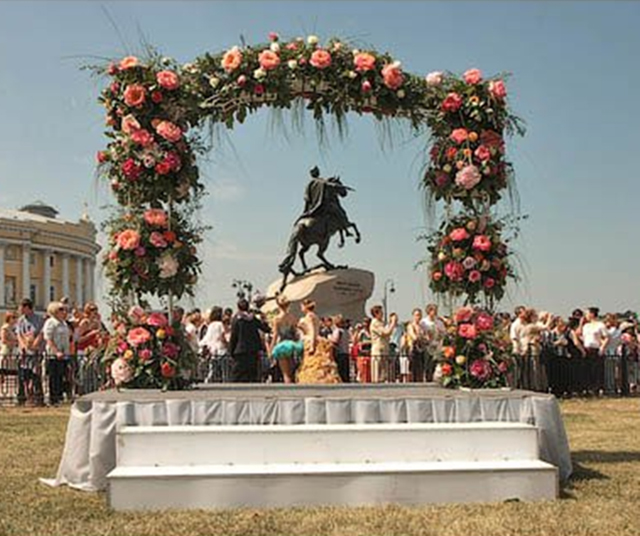 The contest, a parade and a ball of flowers at the time of the White nights in St. Petersburg