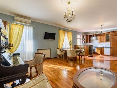 Трехкомнатная квартира посуточно с видом на крыши Петербурга